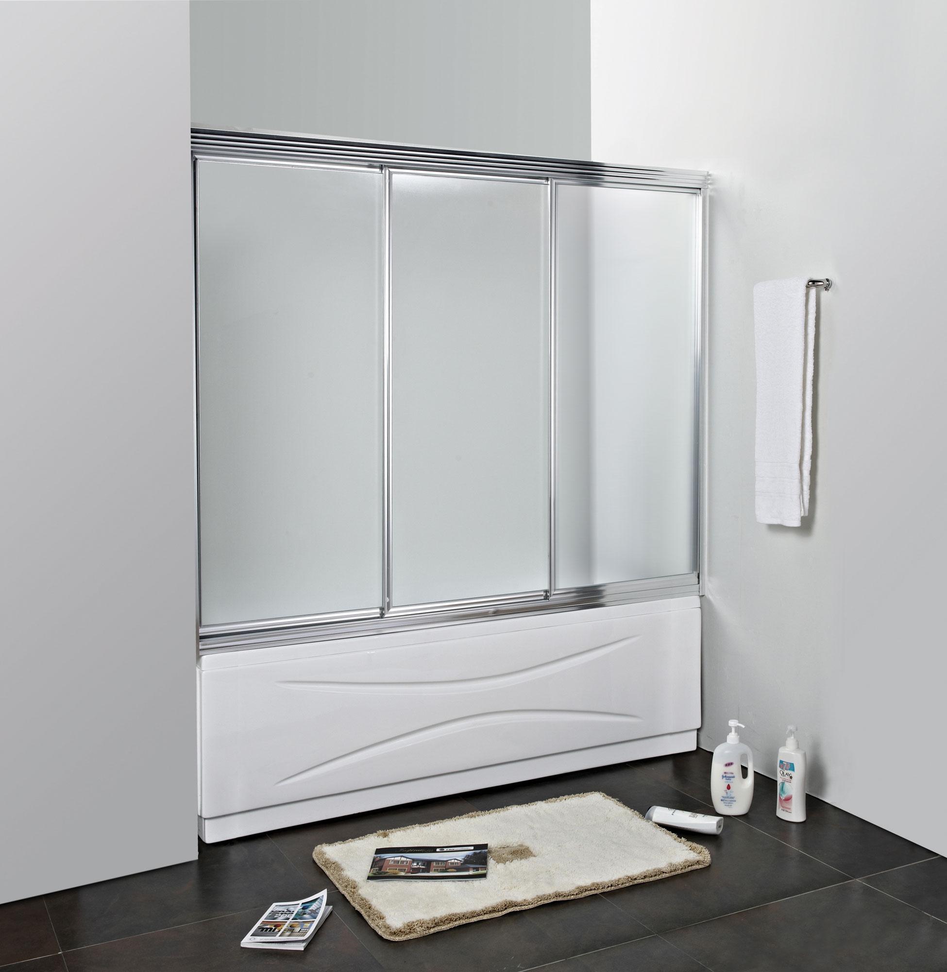 Раздвижная стеклянная шторка в просторной черно-белой ванной