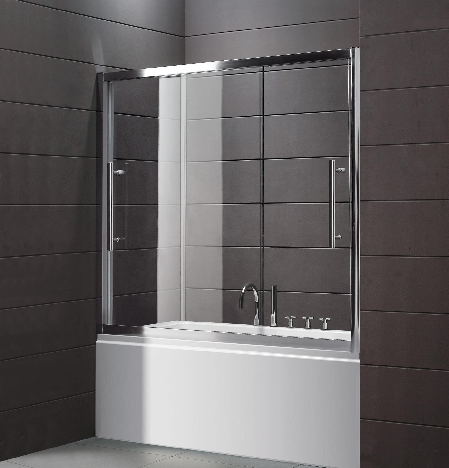 Раздвижная стеклянная шторка в просторной коричнево-белой ванной