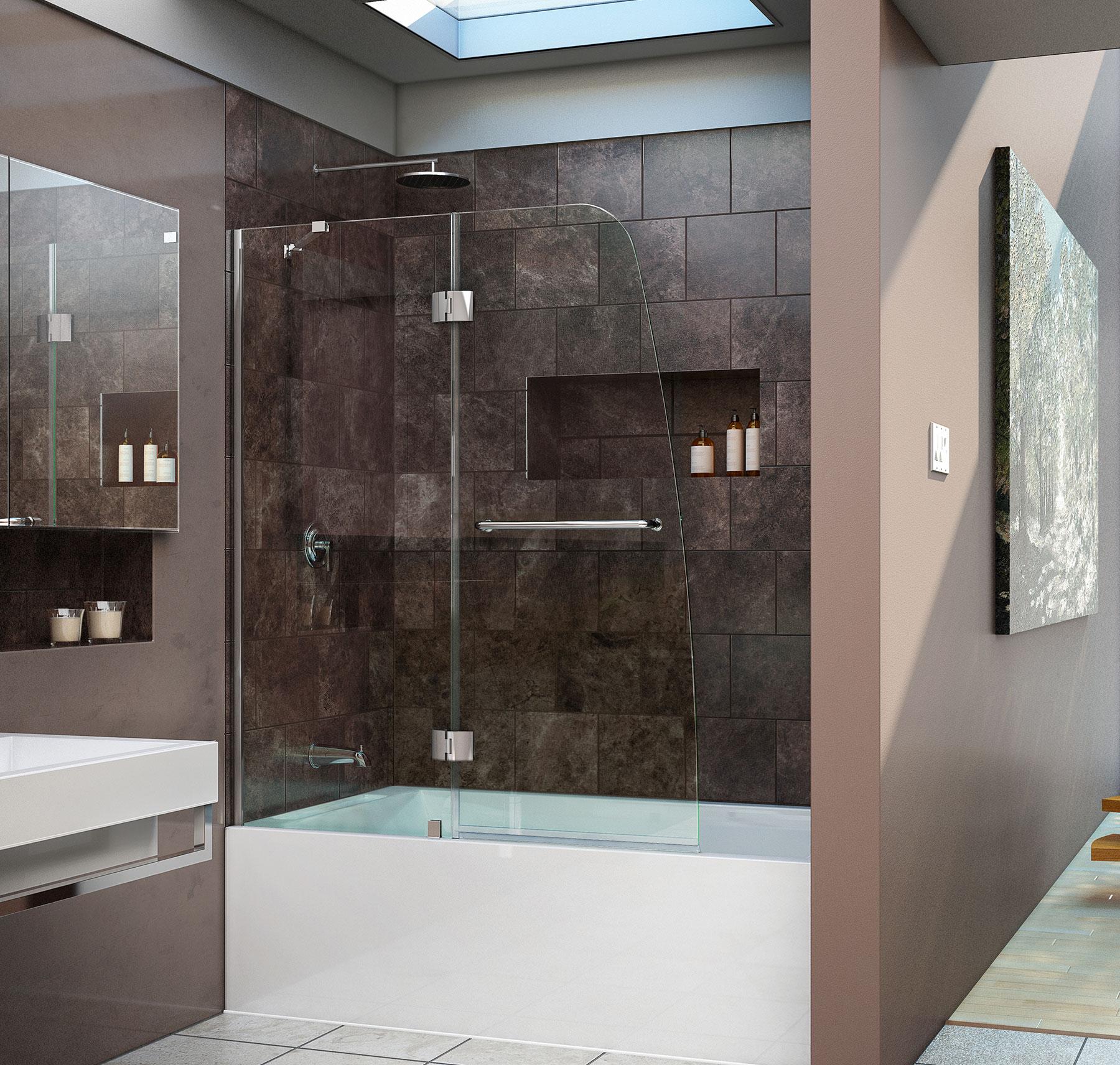 Стеклянная шторка в бело-коричневой ванной