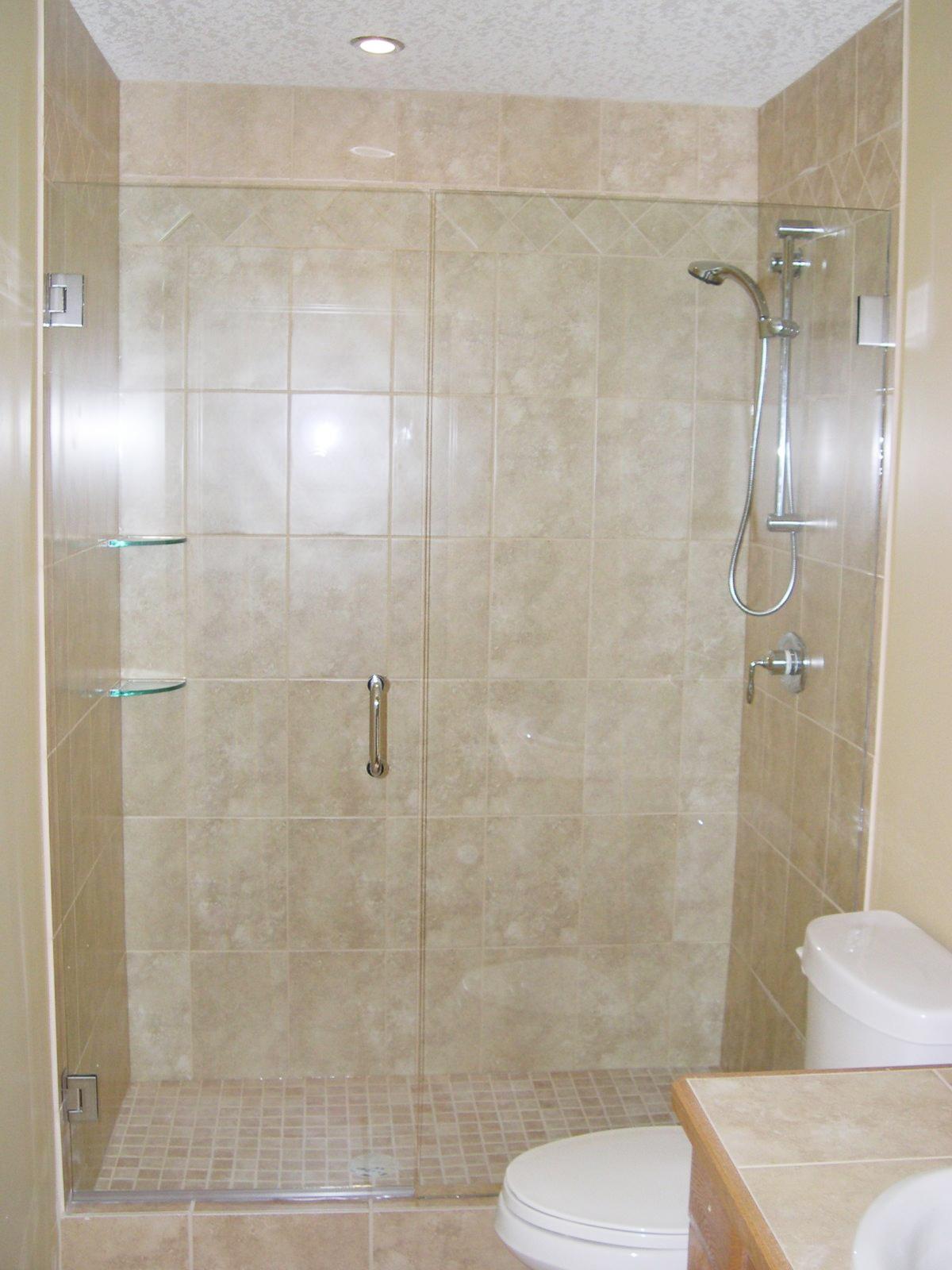 Стеклянная шторка в бежевой ванной