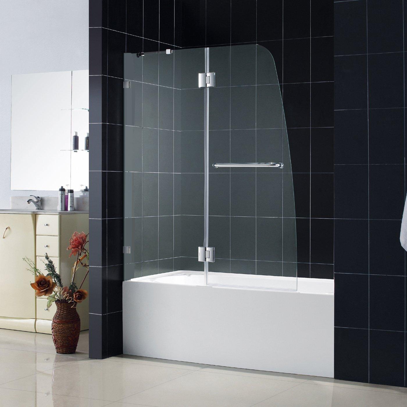 Стеклянная шторка в бежево-черной ванной