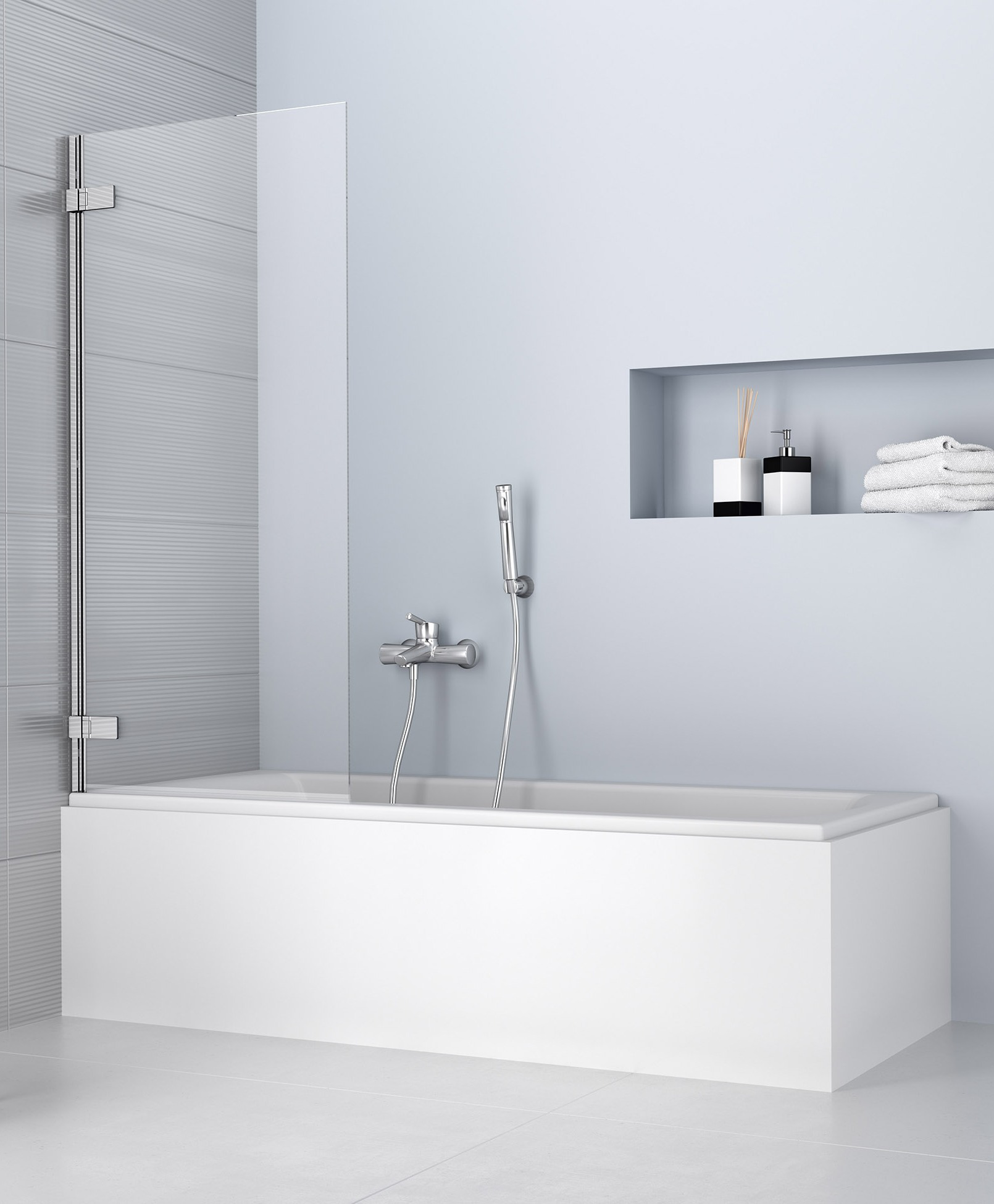 Стеклянная шторка в ванной в белых тонах