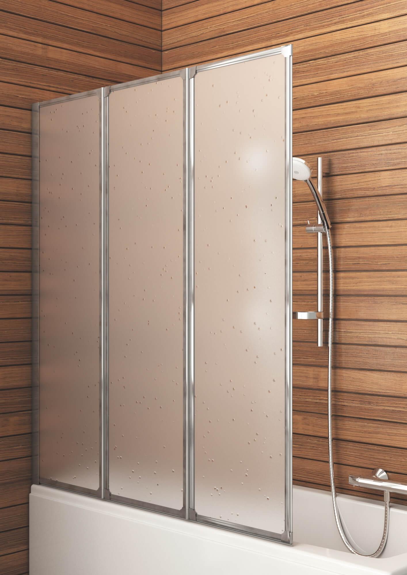 Стеклянная шторка в ванной с деревянной отделкой