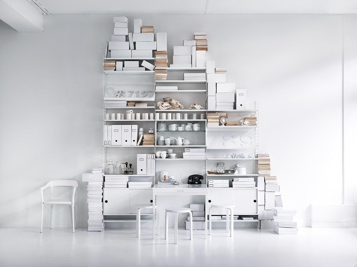 Стильный белый вместительный стеллаж