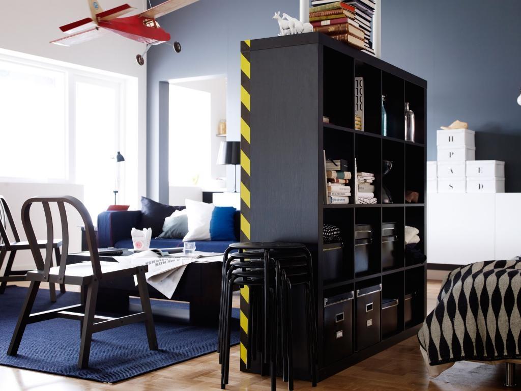 Черный стеллаж для зонирования квартиры