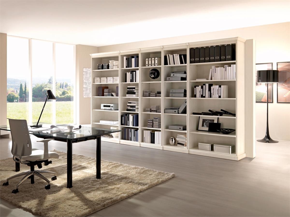 Белый стеллаж в интерьере кабинета