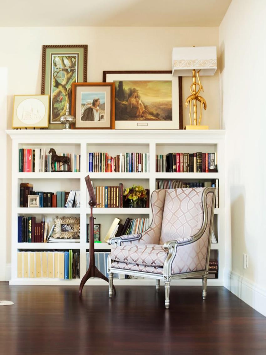 Белый стеллаж в гостиной в стиле арт-деко