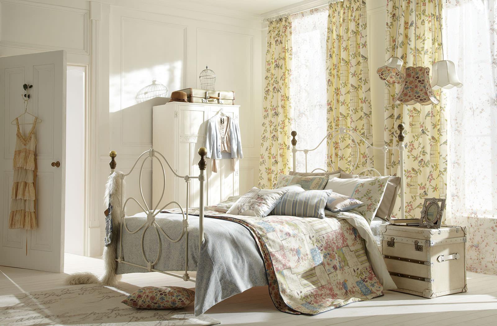 Шторы с цветочным узором в стиле шебби-шик в спальне