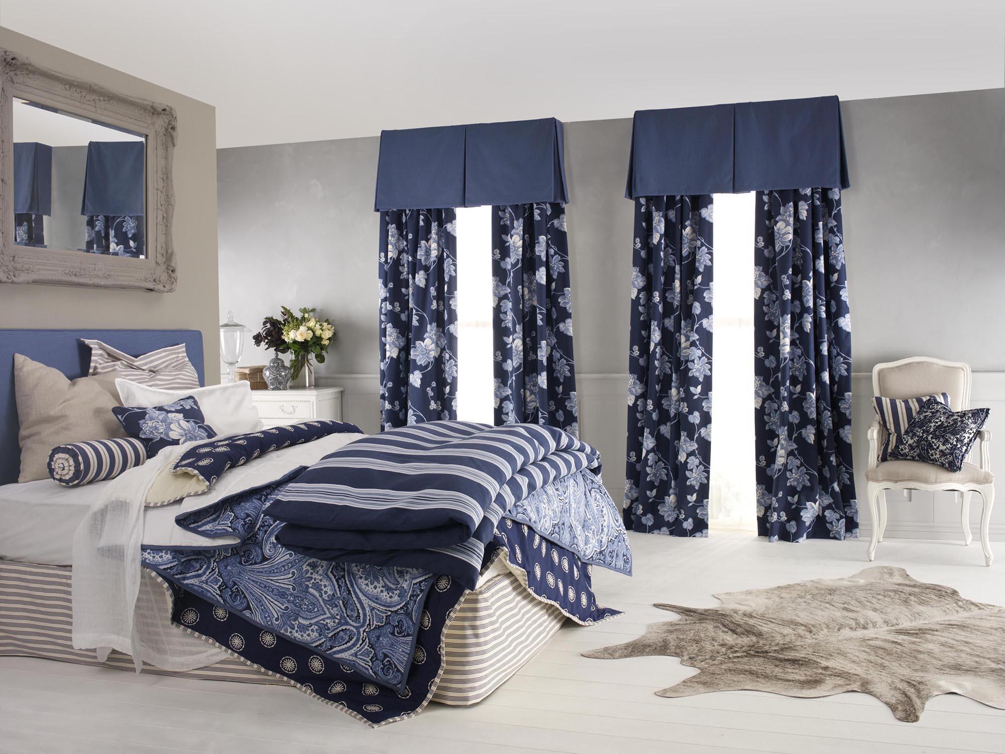 Синие шторы в спальне