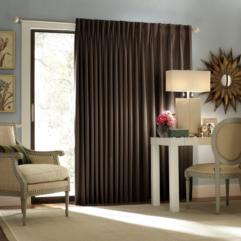 Плотные коричневые шторы в гостиной