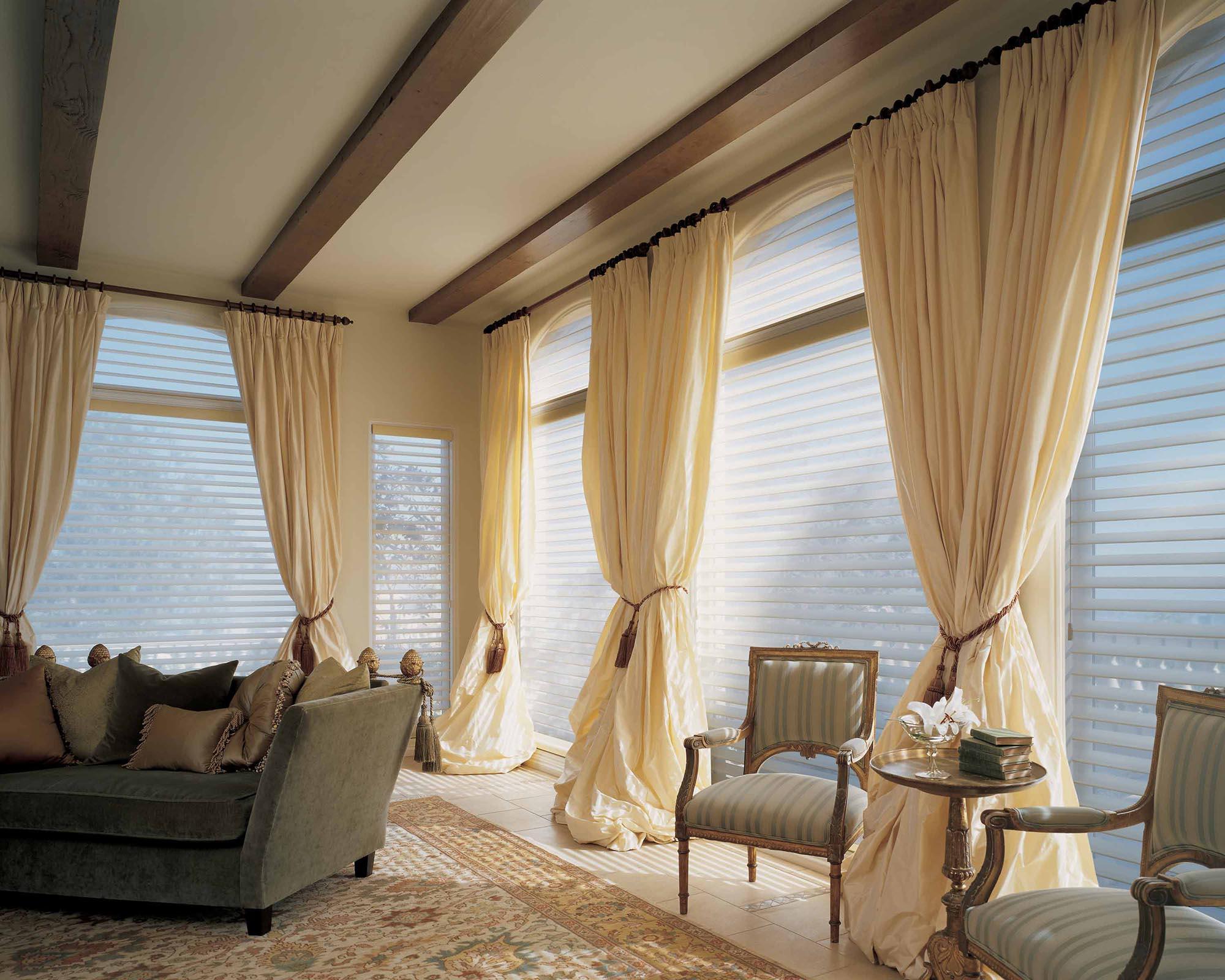 Бежевые шторы в классической гостиной