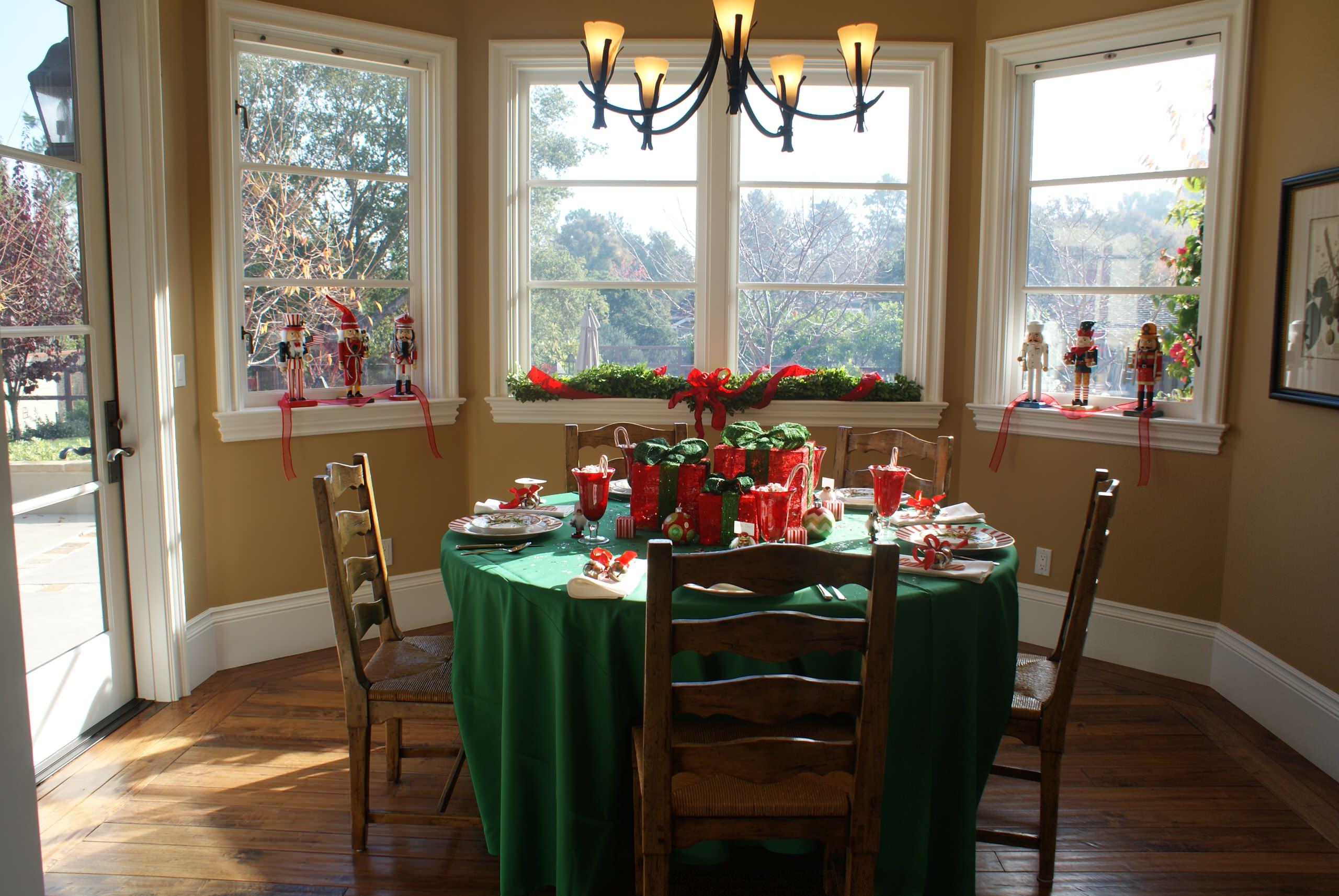 Украшение окон в столовой к новому году