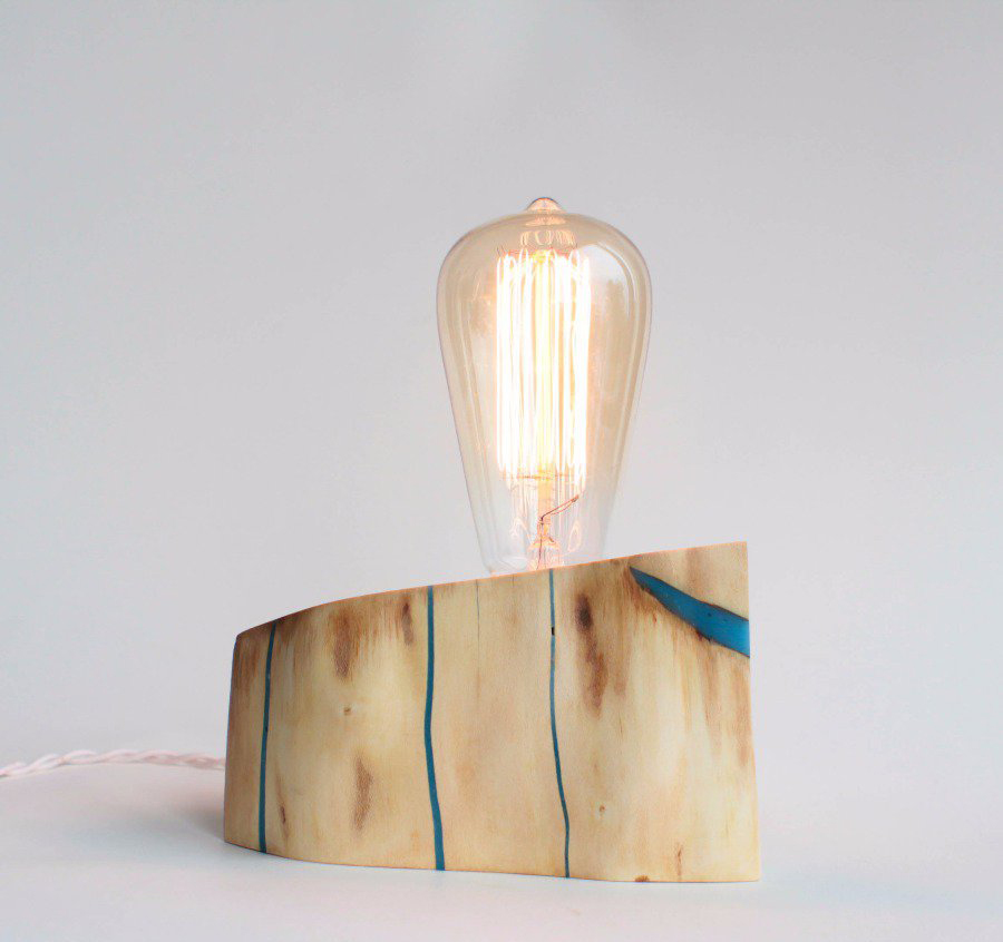 Настольная деревянная лампа со светящимся в темноте материалом