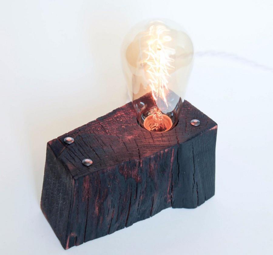 Черная настольная лампа из дерева