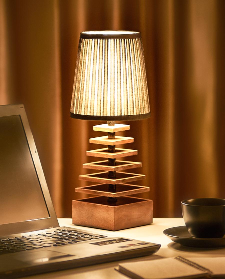 Настольная деревянная лампа в форме пирамиды с абажуром