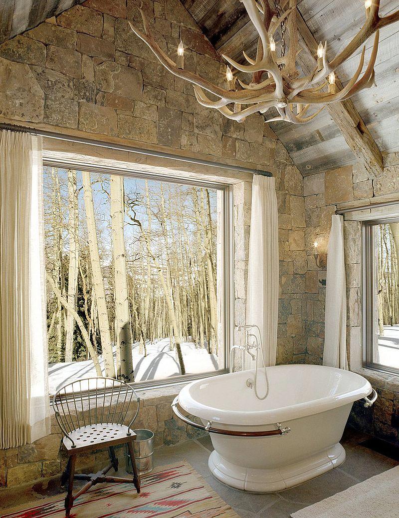 Деревянная люстра в форме рогов в интерьере ванной