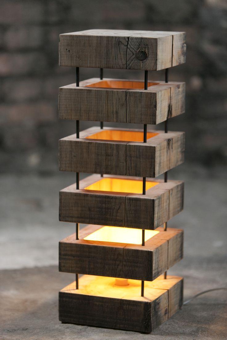 Небольшая настольная лампа из дерева и металла