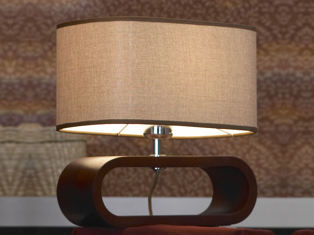 Настольная деревянная лампа с тканевым абажуром