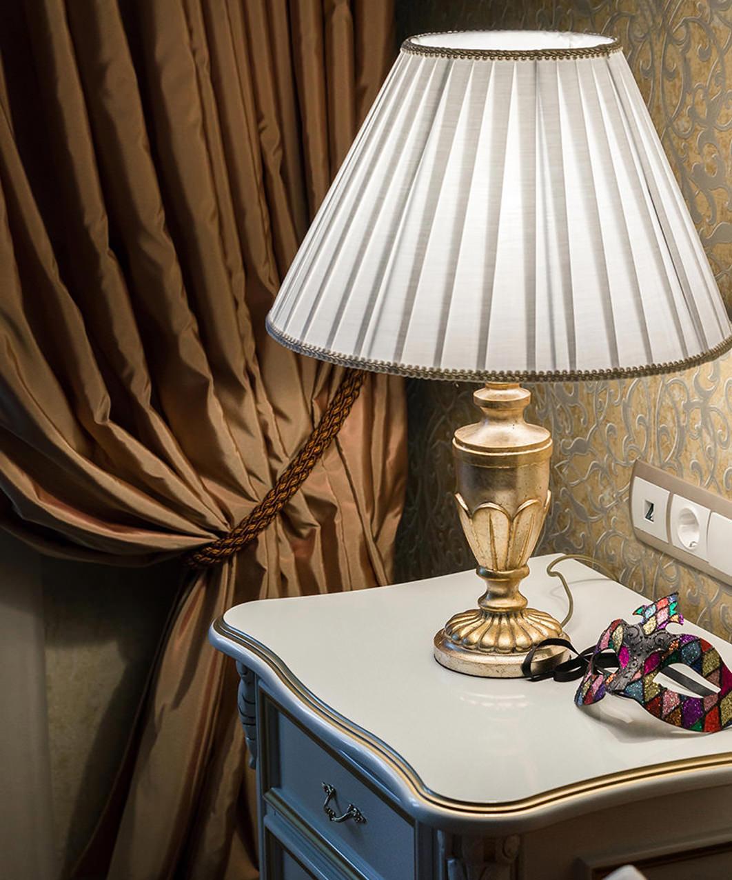 Классическая прикроватная лампа