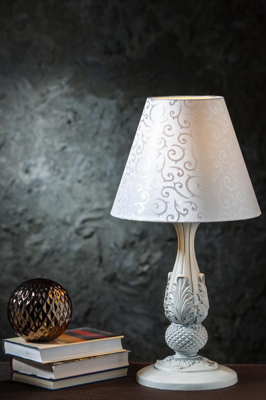 Белая настольная лампа в стиле классика