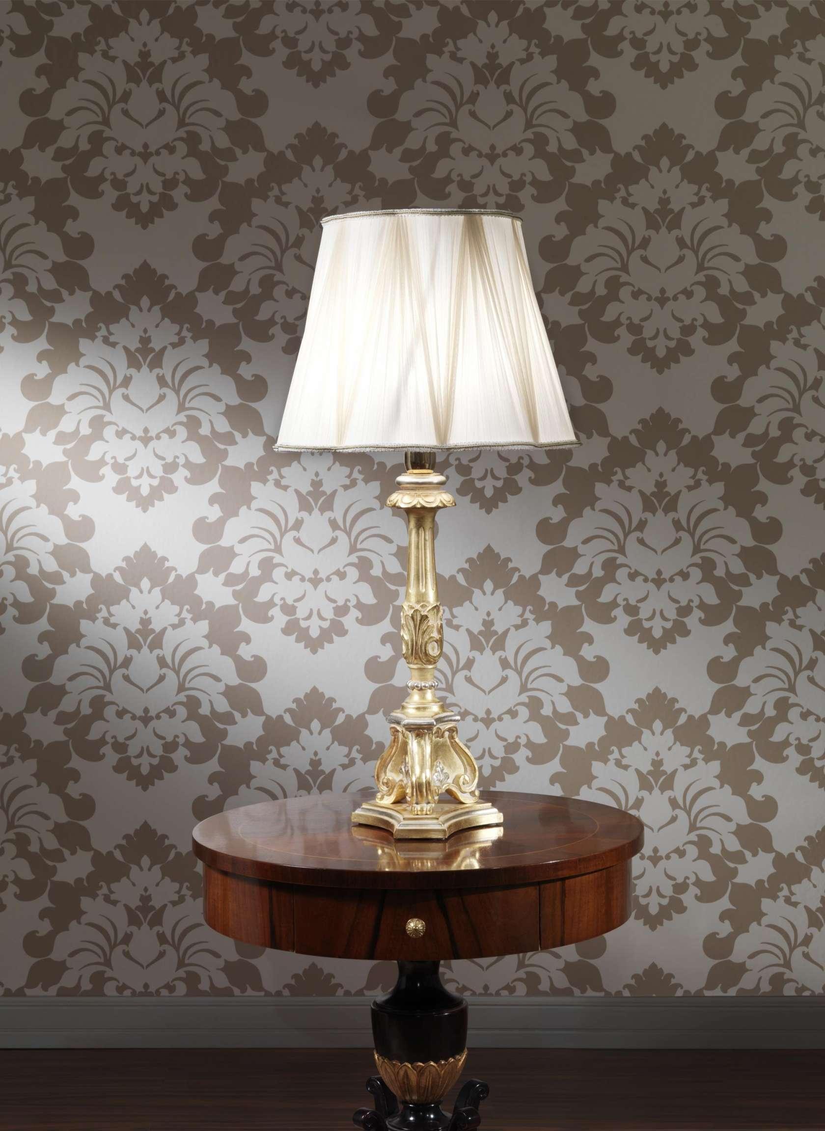 Настольная классическая лампа с белым абажуром