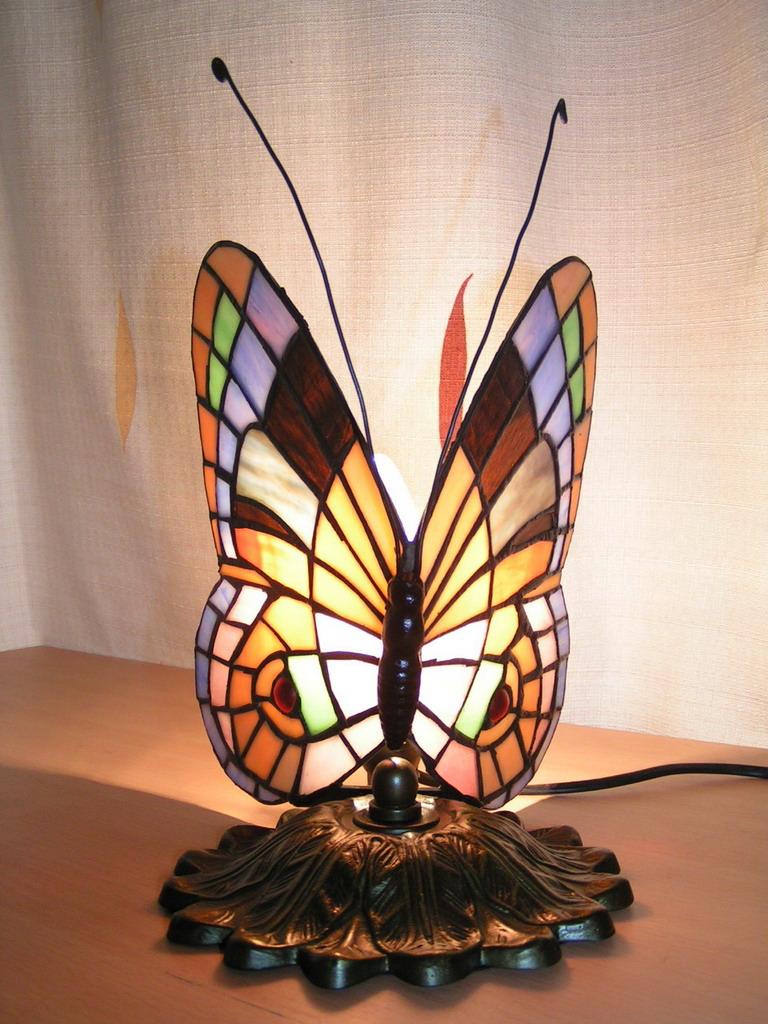 Настольная лампа в форме бабочки в стиле модерн