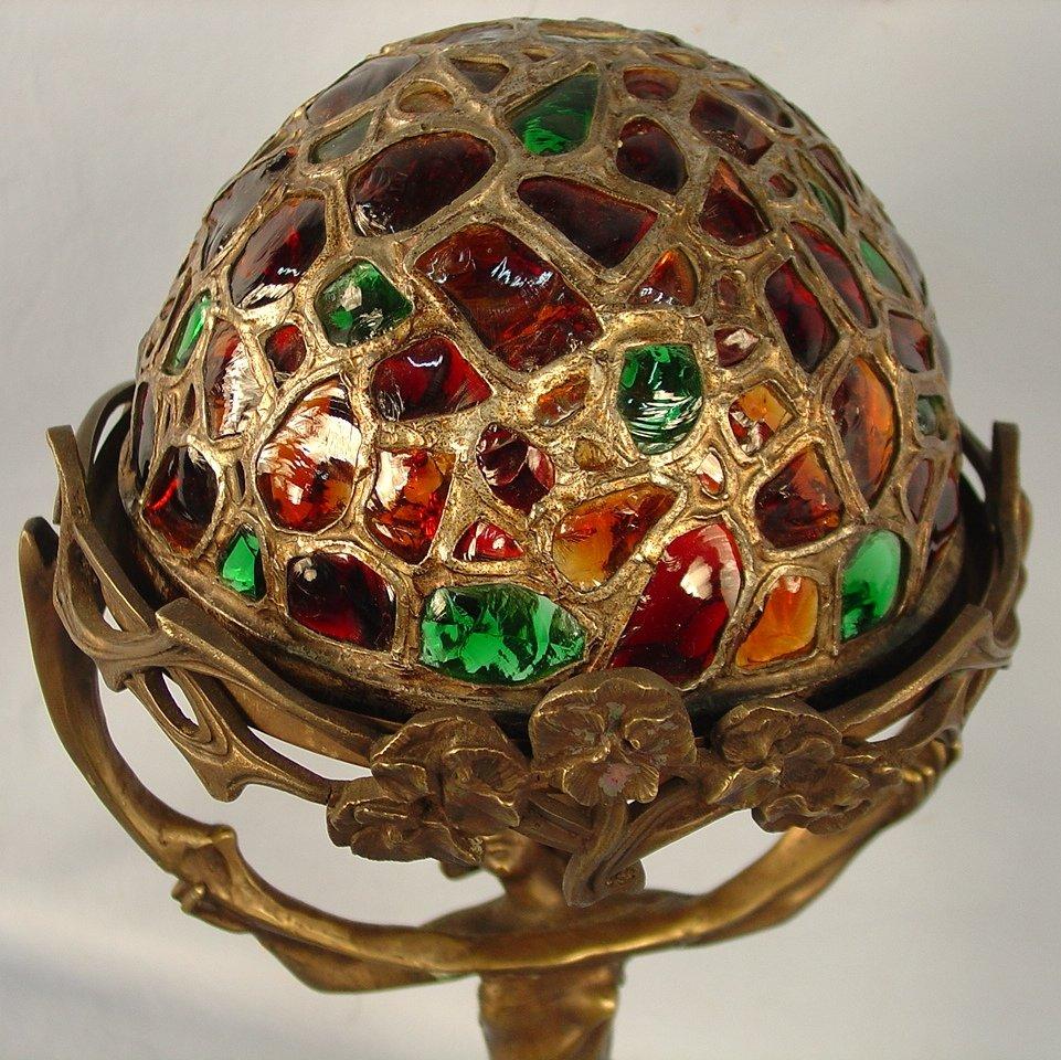 Необычная настольная лампа в стиле модерн