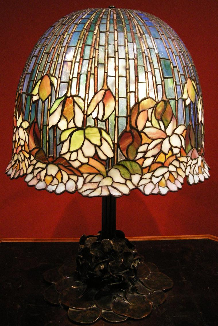 Яркий настольный светильник в стиле модерн