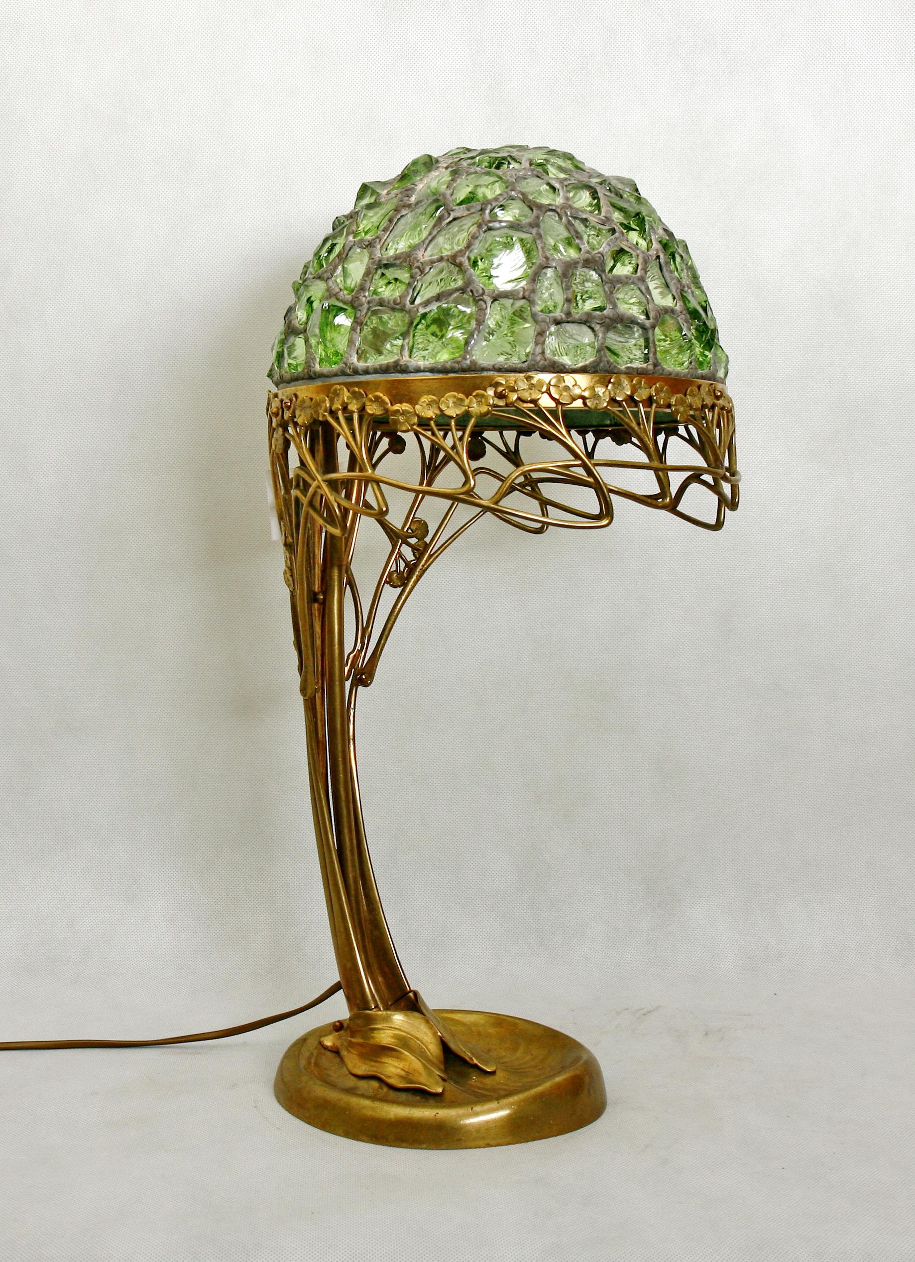 Настольная золотисто-зеленая лампа в стиле модерн