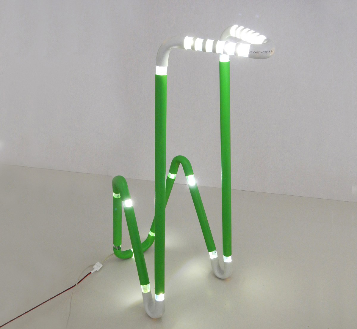 Необычный настольный светильник в стиле хай-тек