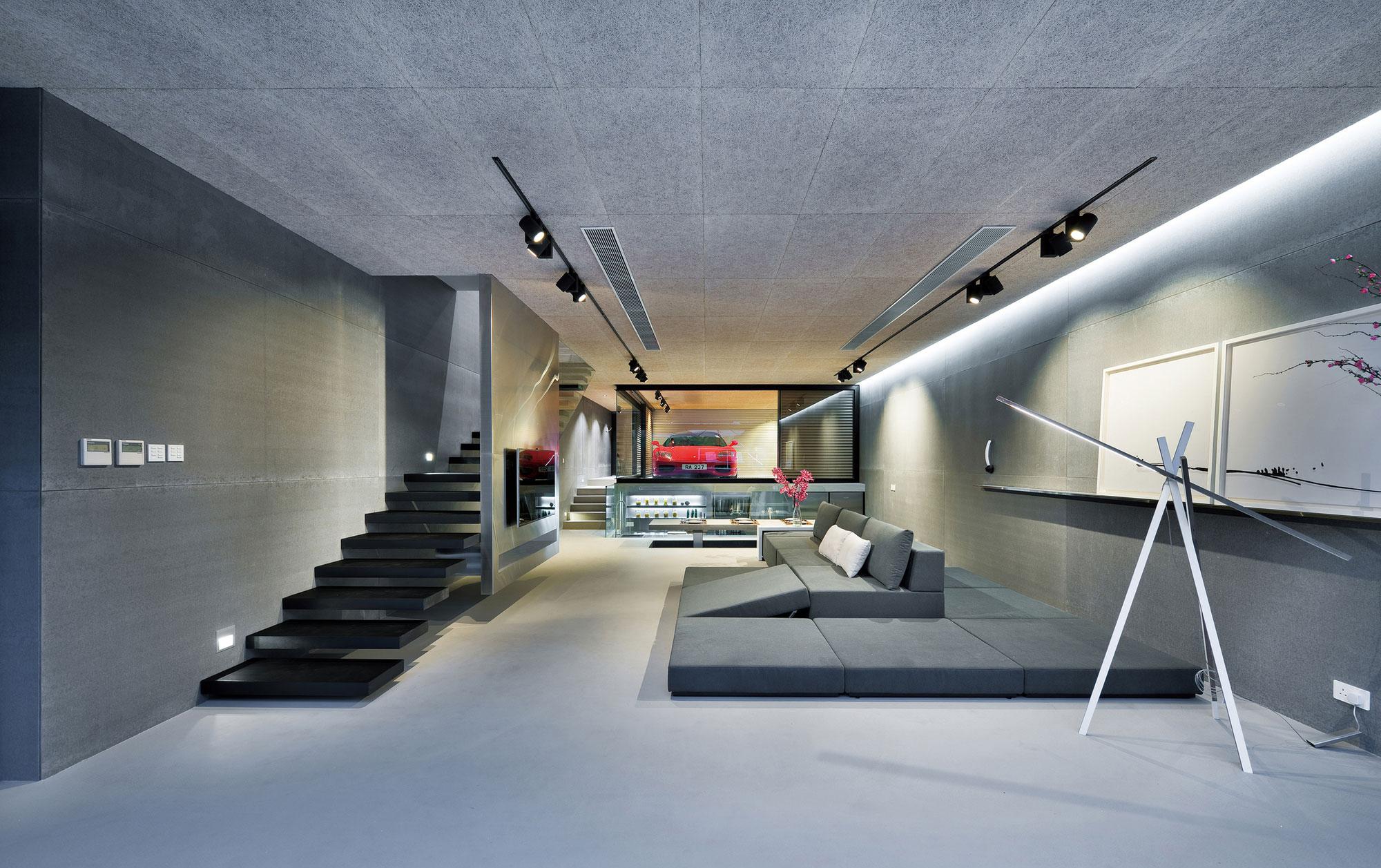 Черные светильники в гостиной в серых тонах в стиле хай-тек
