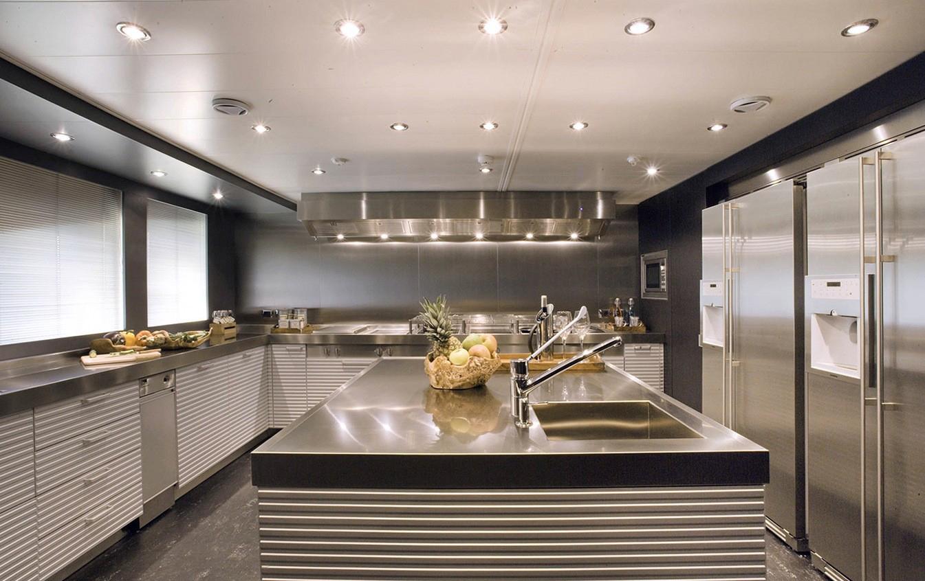 Точечные светильники в интерьере кухни в стиле хай-тек