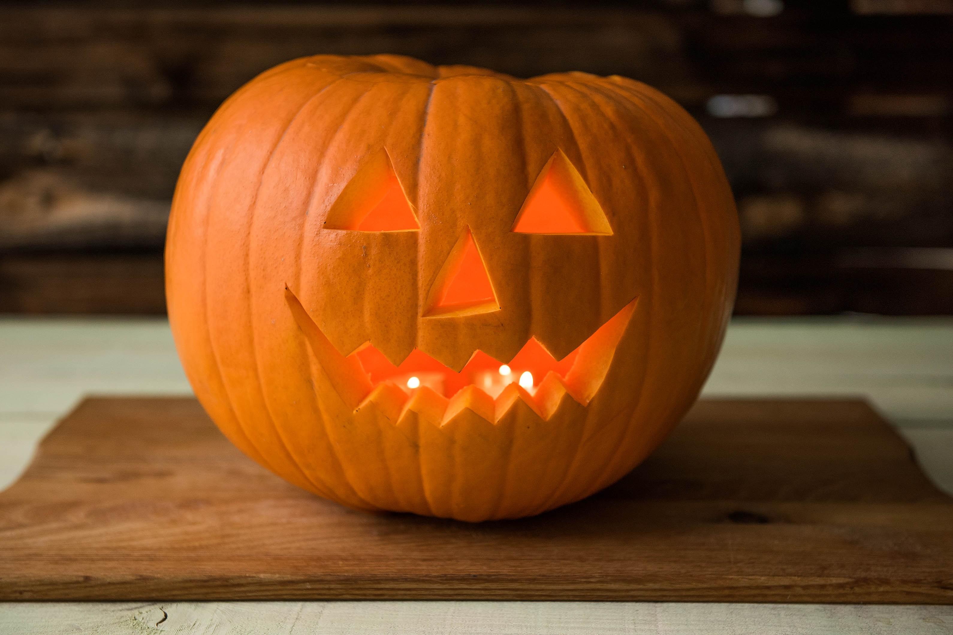 Фонарь Джека из тыквы на хэллоуин
