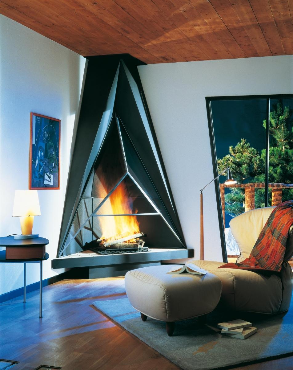 Необычный стильный угловой камин в гостиной