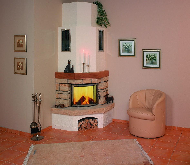 Угловой дровяной камин в гостиной