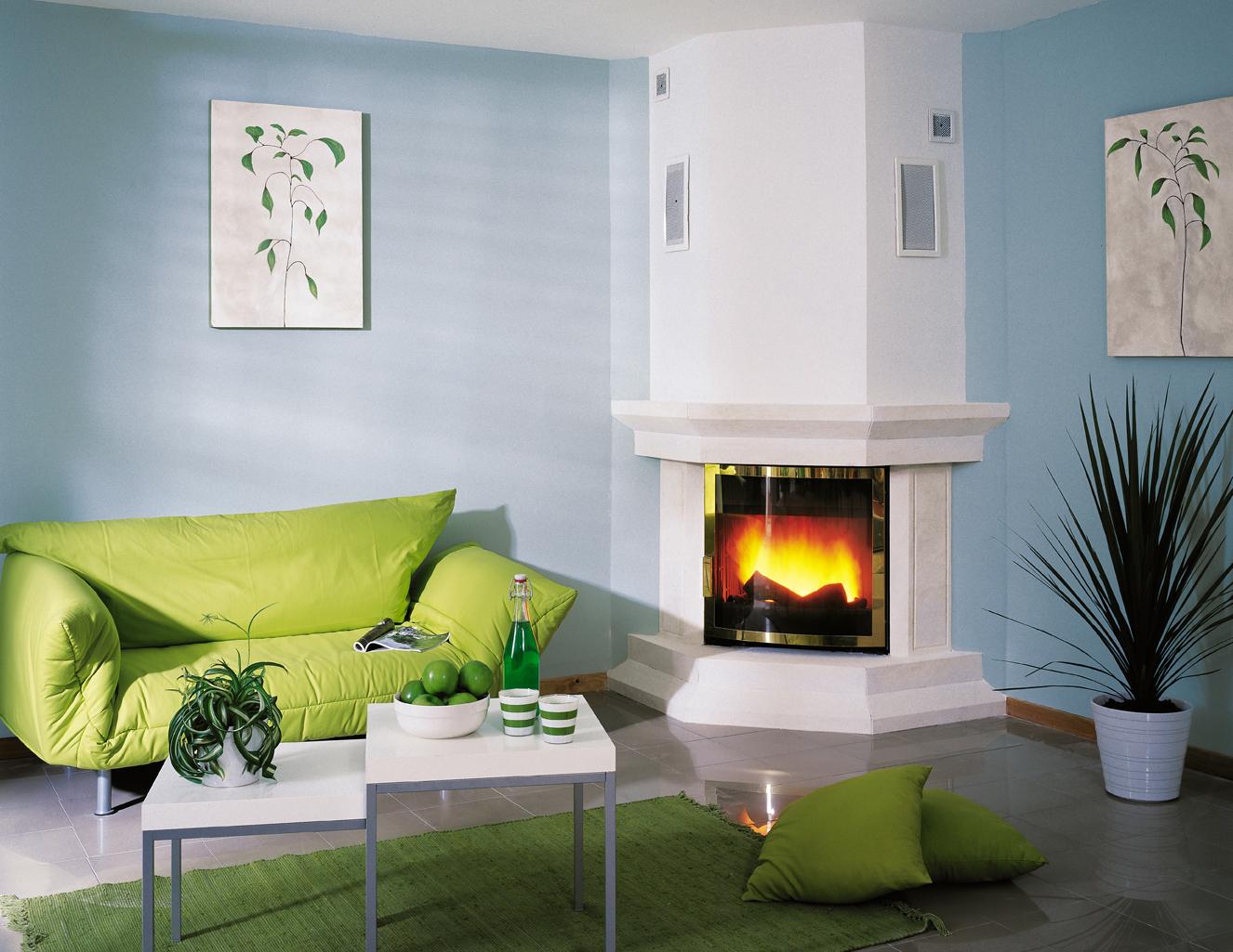 Светлый угловой камин в бело-голубой гостиной