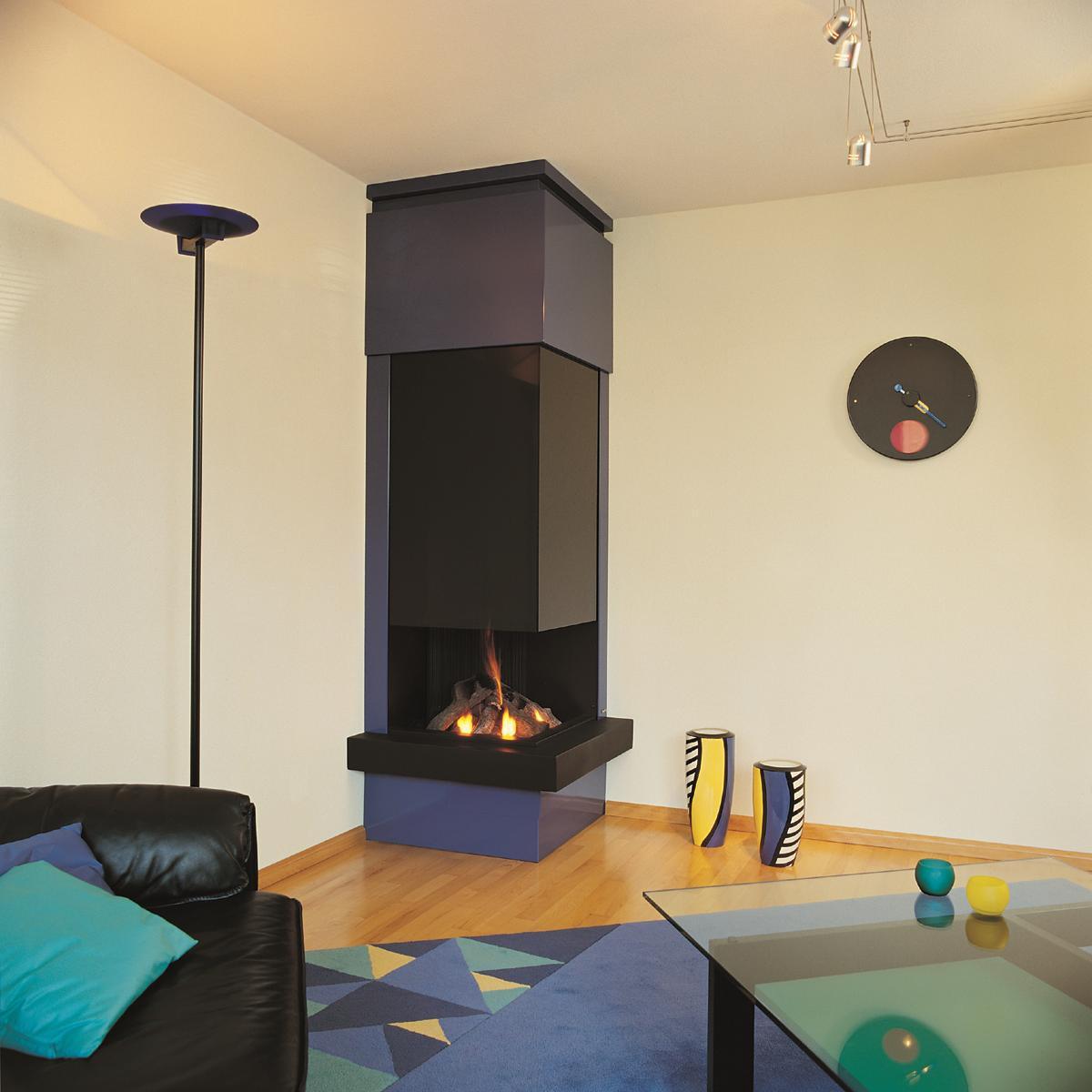 Квадратный угловой камин в гостиной