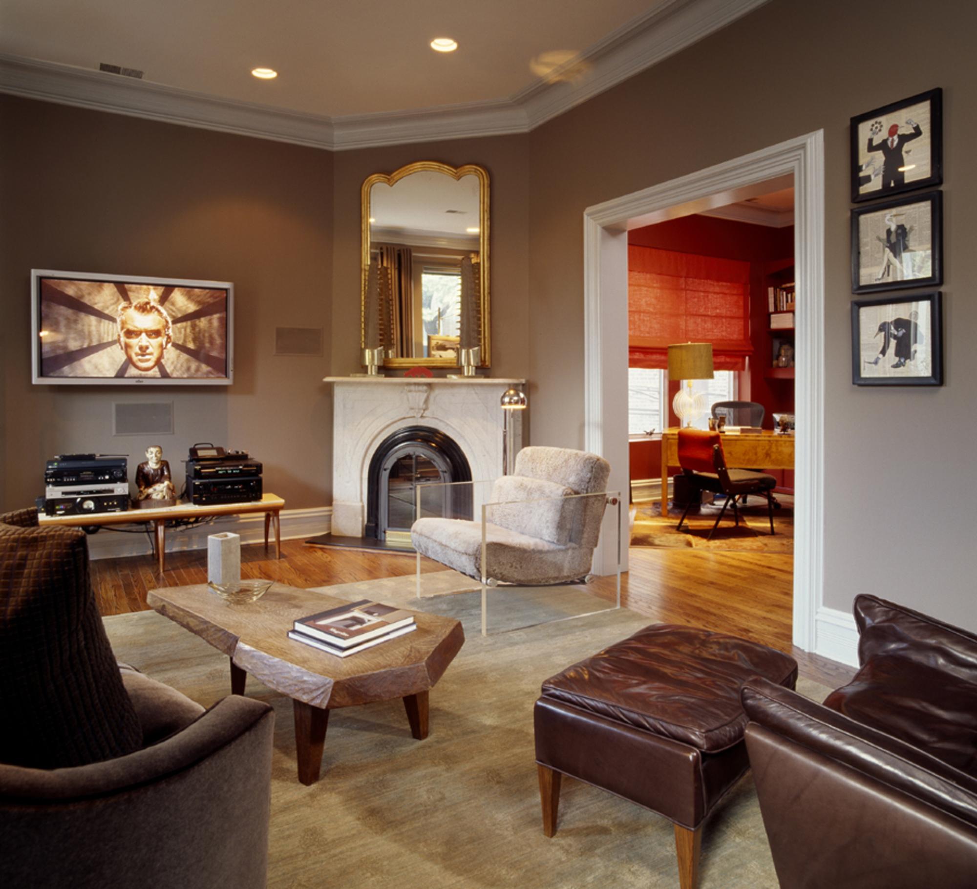 Угловой камин в гостиной в стиле модерн