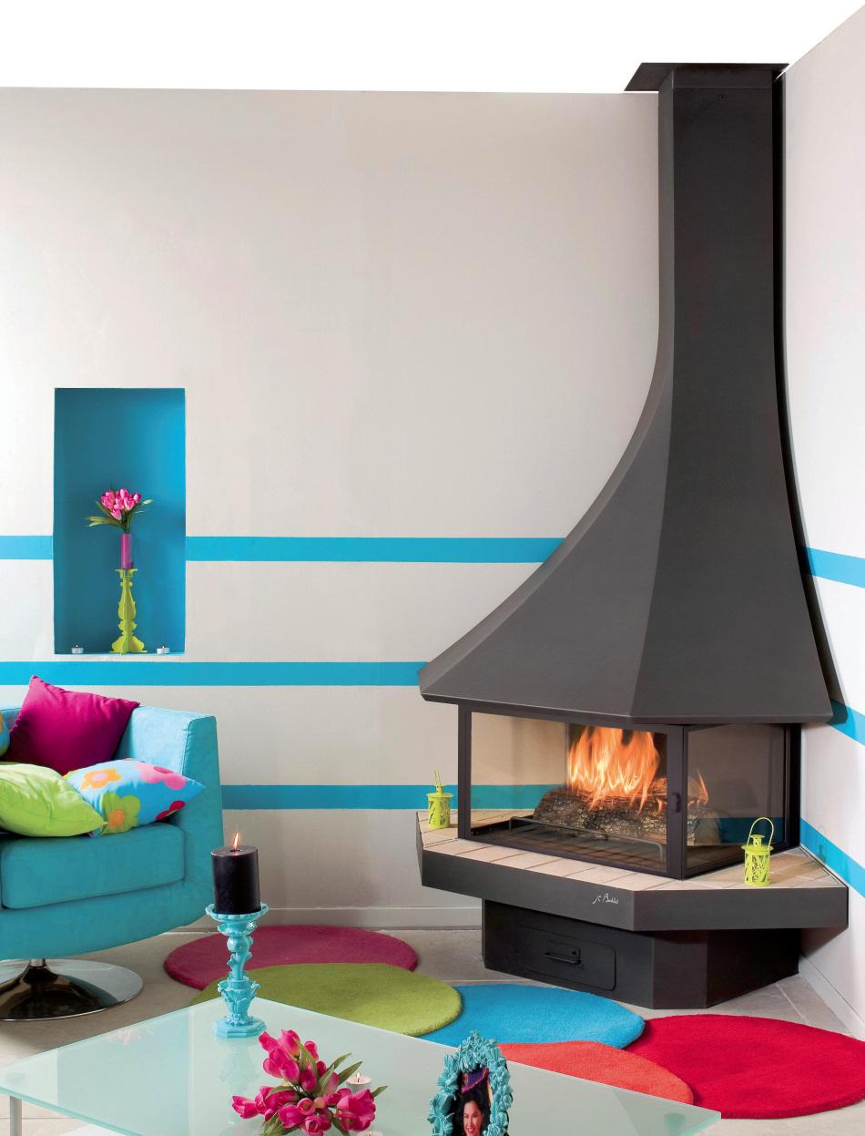 Угловой камин печь в яркой гостиной