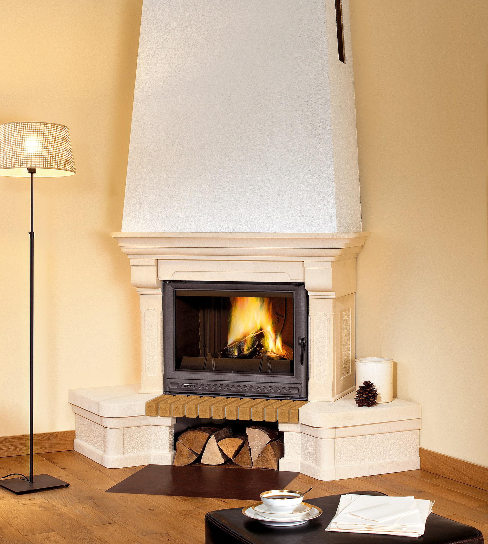 Угловой камин в бежево-коричневой гостиной