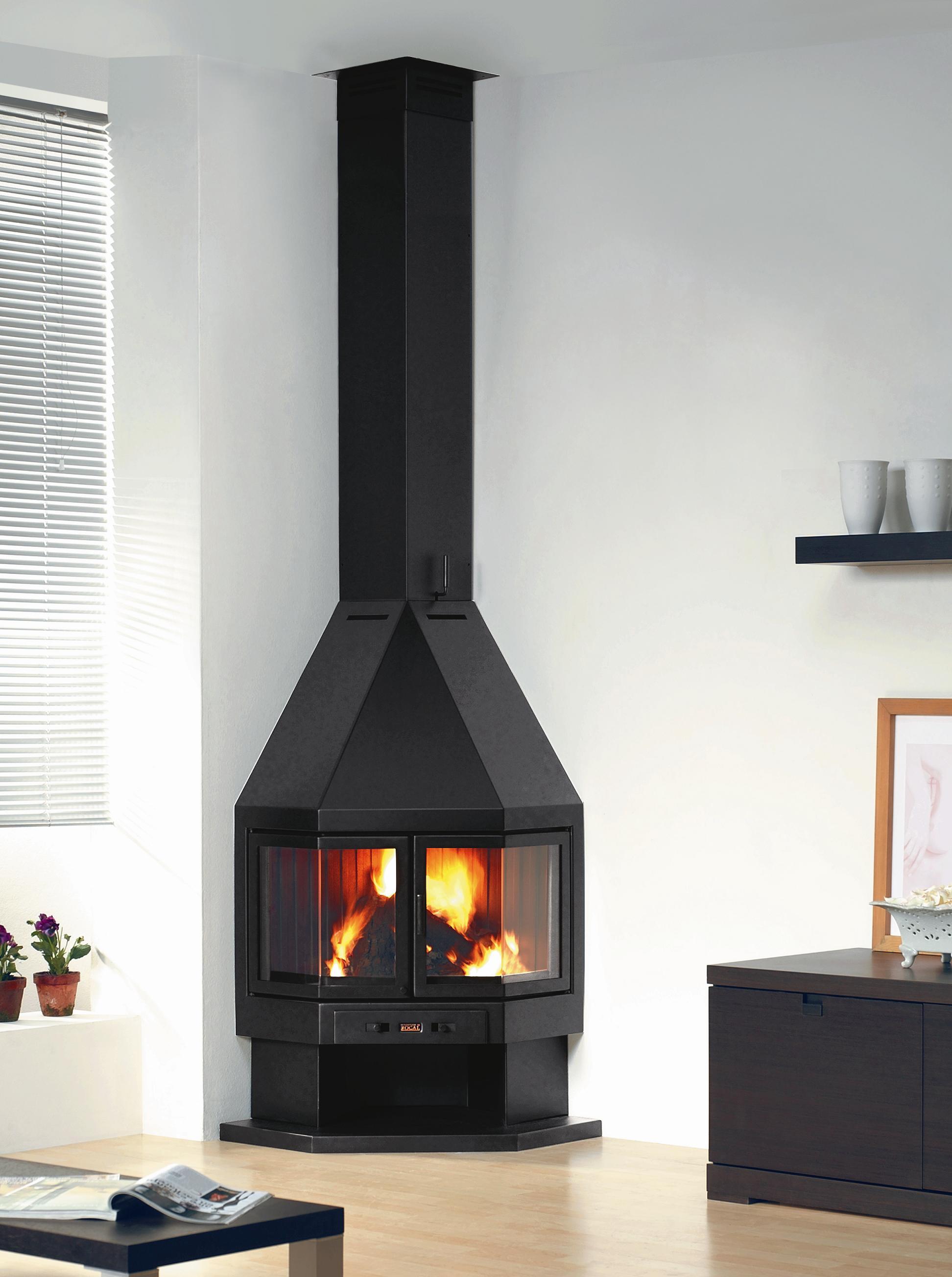Черная угловая печь-камин в светлой гостиной