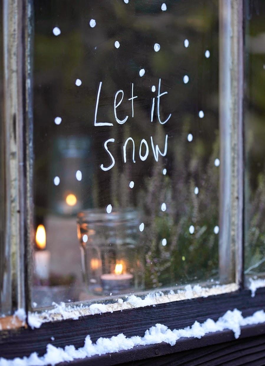 Украшение окна к Новому году с помощью зубной пасты
