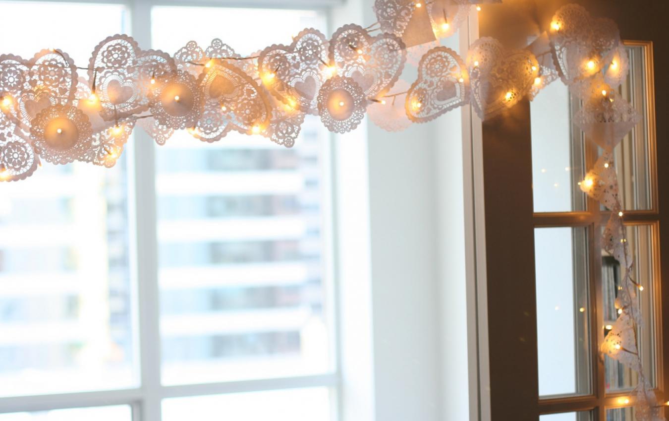 Гирлянда из бумаги и лампочек на окно