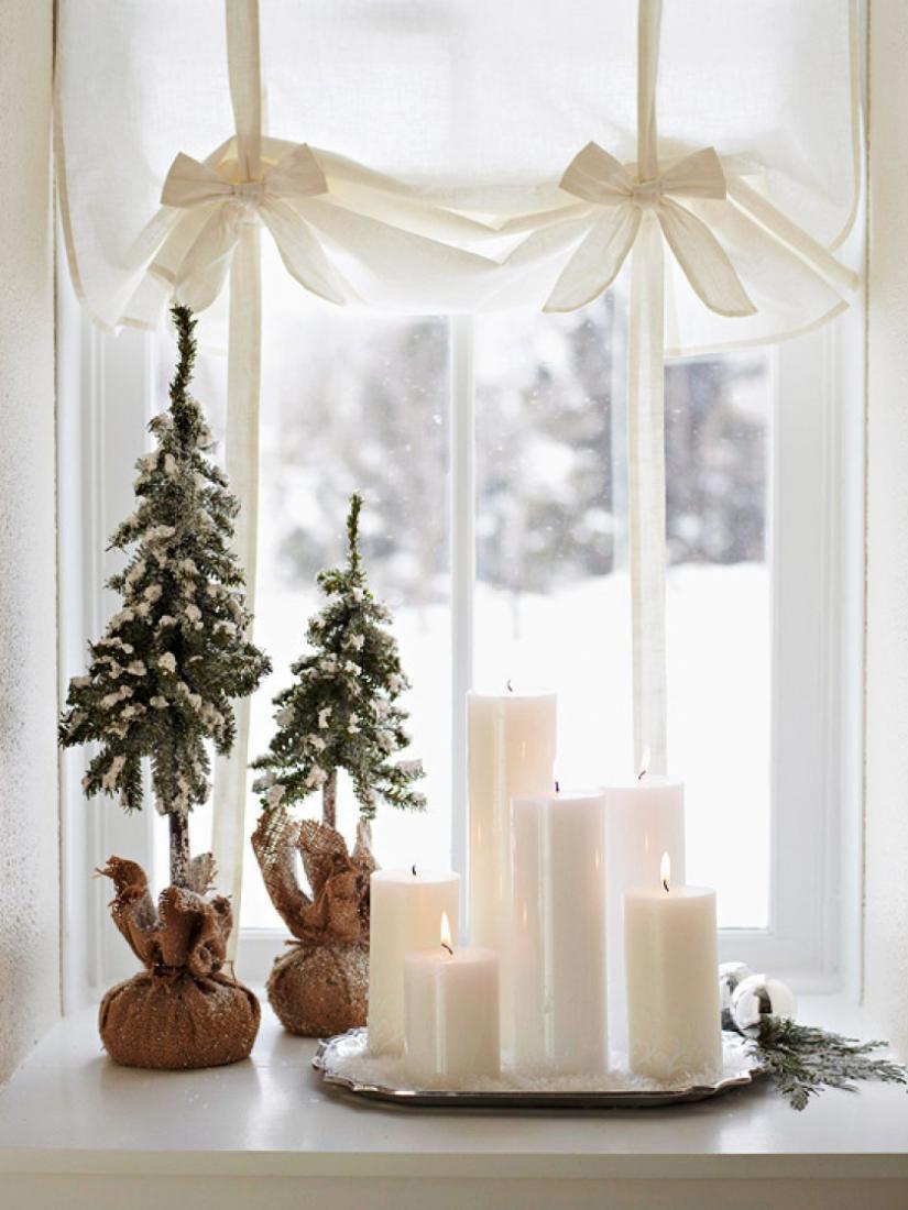 Оформление окна свечами и елочками