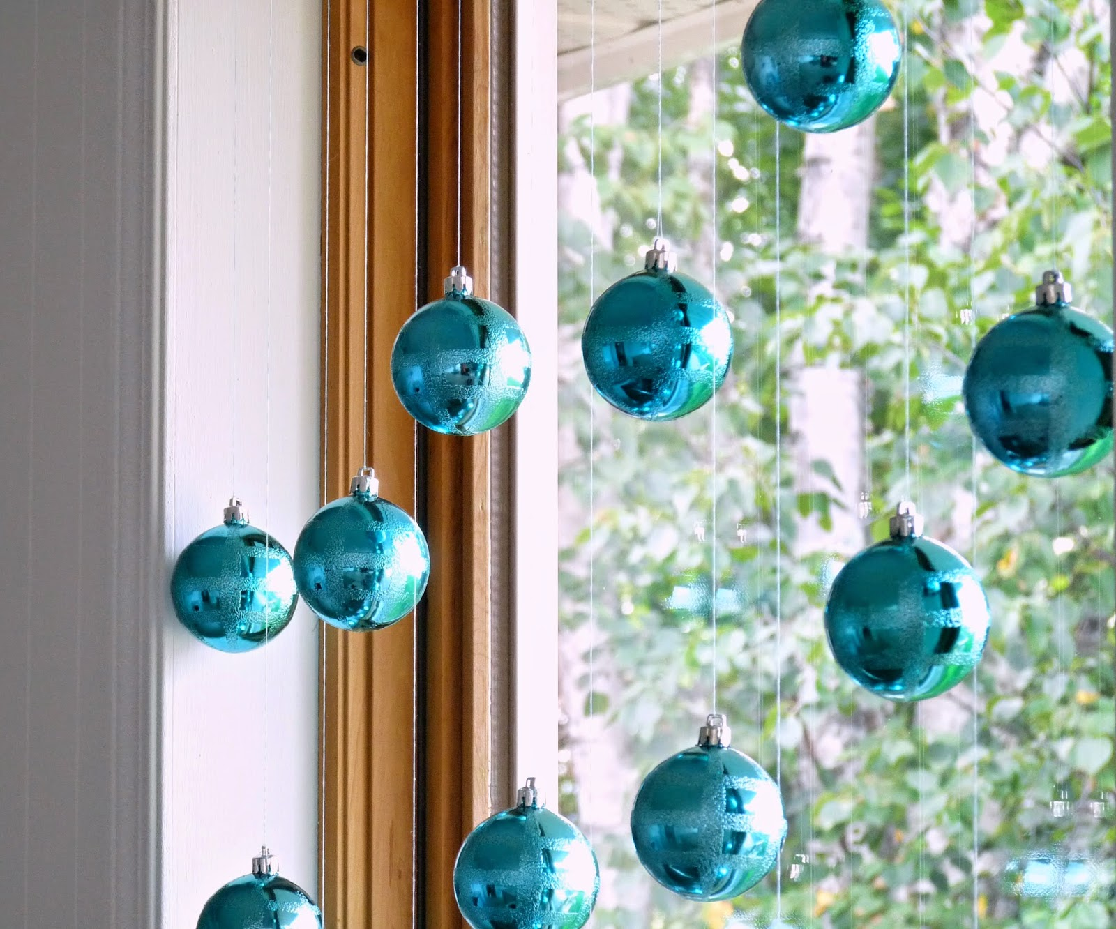 Оформление окна на Новый год елочными шариками