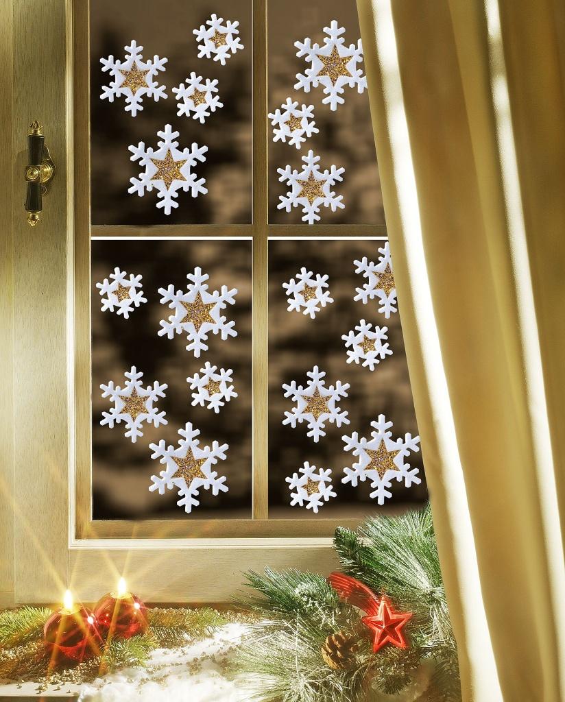 Красивые бумажные снежинки на окне