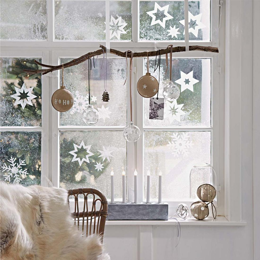 Маленькие снежинки в декоре окна на Новый год