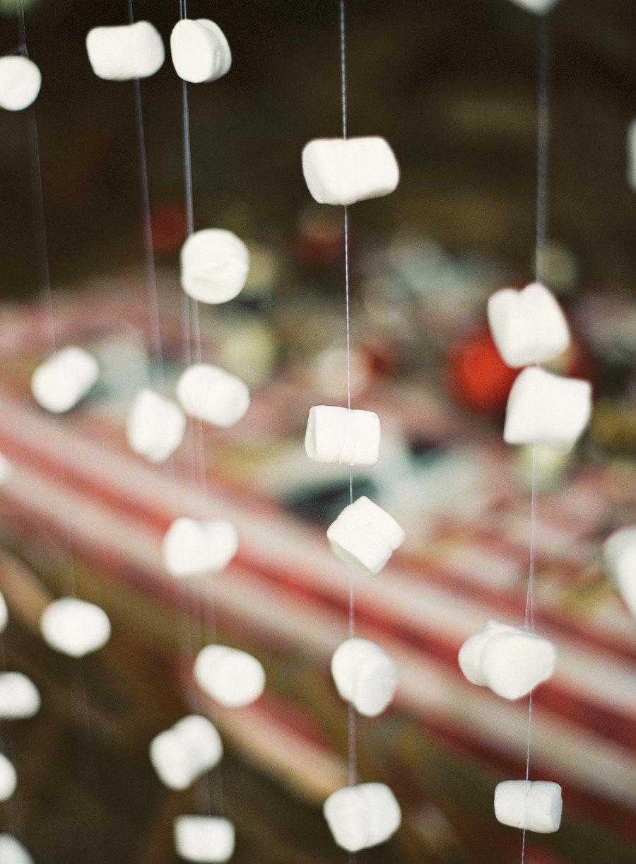 Гирлянды из ватных шариков для украшения окна