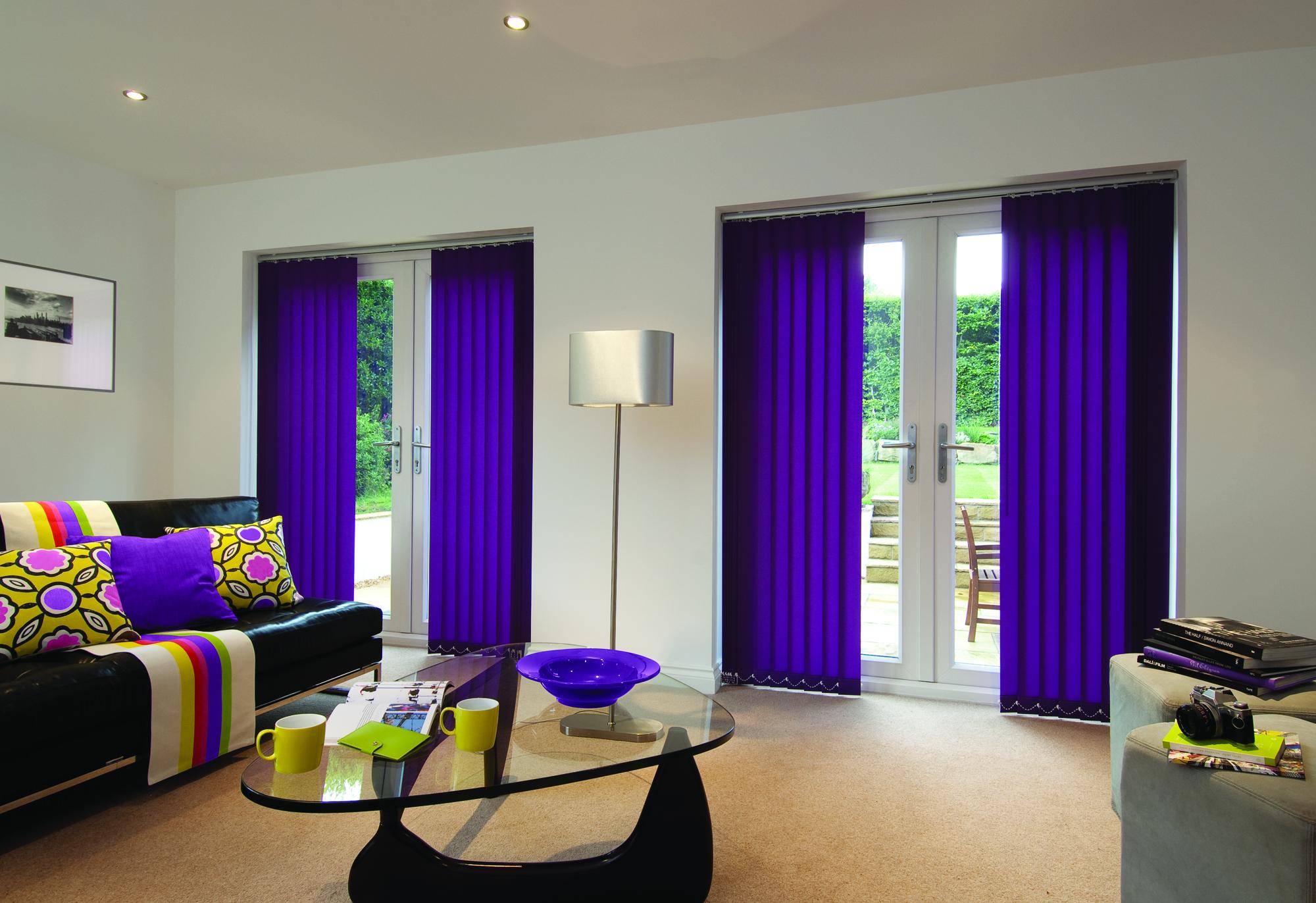 Фиолетовые вертикальные жалюзи в большой гостиной