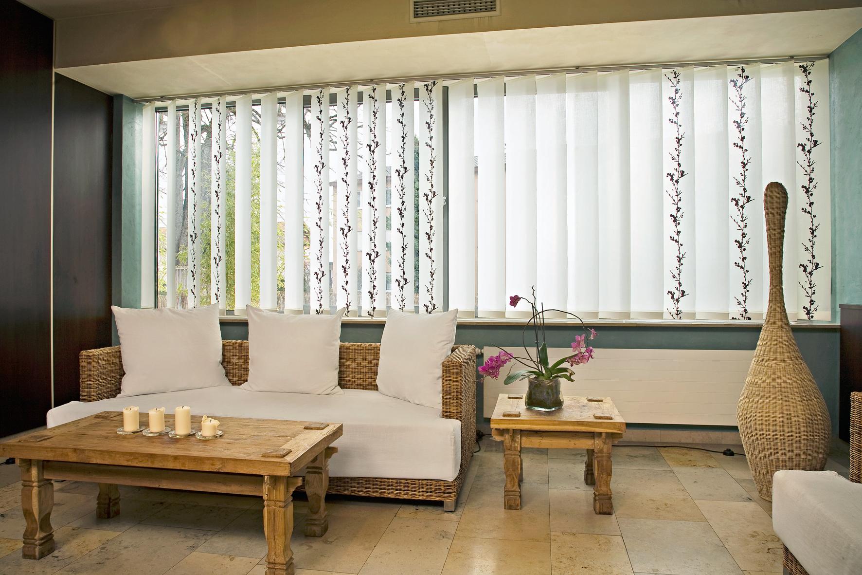 Вертикальные жалюзи в японском стиле в гостиной